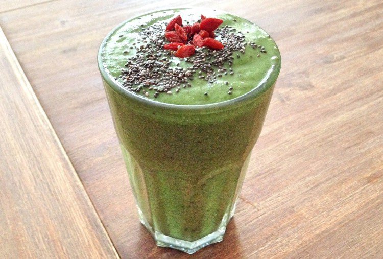 Groene smoothie, banaan, spinazie, kokosnooitdrink